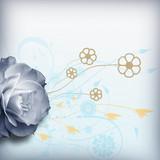 Zarte Blumenkomposition auf hellblauem Hintergrund