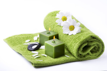 asciugamano verde con candele e fiori