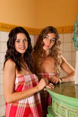 Zwei junge Frauen machen Wellness in Kräuterduftraum