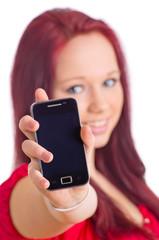 Mädchen zeigt Smartphone