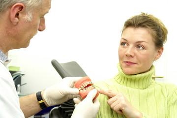 Junge Frau beim Zahnarzt