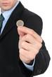 Giovane ragazzo che mostra moneta da un euro