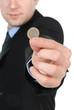 Giovane uomo che mostra una moneta da un euro
