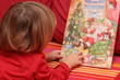 Kleiner Junge öffnete Adventskalender