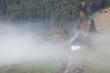 Bauernhasu im Nebel