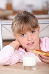 child eating tartine