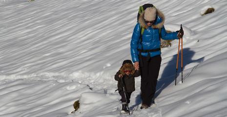 Mère et son fils en Montagne