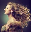 Девушка с вьющимися волосами