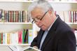 Der Mann in der Bibliothek