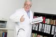 Ein Arzt mit Fachbuch