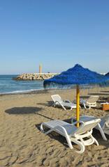 Sombrillas y tumbonas en la playa de Marbella