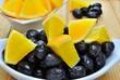 Olive nere con fette d'arancia