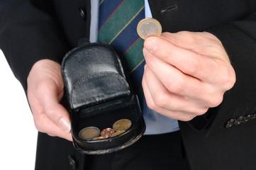 Giovane uomo che paga con euro