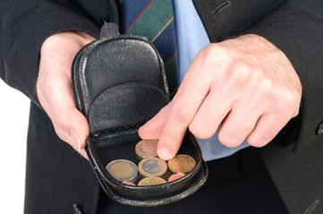 Giovane uomo che prende un euro dal portamonete