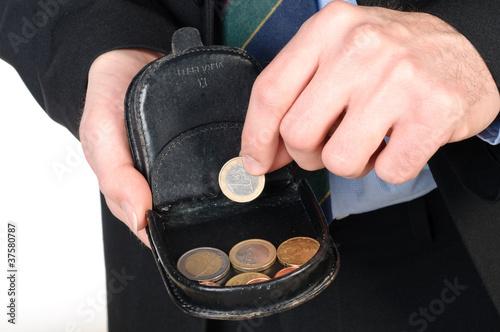 Uomo che prende un euro dal portamonete