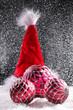 Weihnachts Mütze mit Kugeln und Schnee