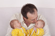Vater mit seinen eineiigen Zwillingstöchtern
