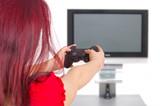 Frau spielt Videogame vor Fernseher poster