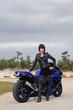 Die schwarze Lederjacke und das blaue Motorrad