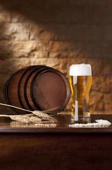 Bicchiere birra con botte ambientata