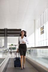Frau rennt verspätet zum Flugzeug