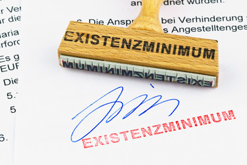 Holzstempel auf Dokument: Existenzminimum