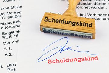 Holzstempel auf Dokument: Scheidungskind