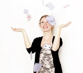 Frau wirft Karten