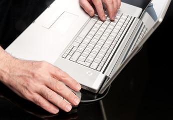 Mani sulla tastiera e sul mouse del computer