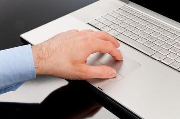 Mano sul mouse del computer portatile