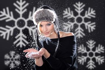 frau mit Schnee in Fashion freut sich