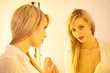 Sexy Bondine im Spiegel
