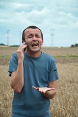 agriculteur criant  au téléphone