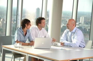 Kundengespräch in einem Businessgebäude
