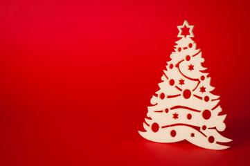 decorazione albero natale su sfondo rosso