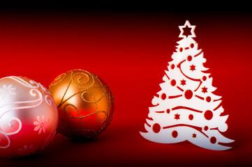 palla di natale color oro su sfondo rosso con albero bianco