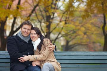 Glückliches Paar auf Parkbank
