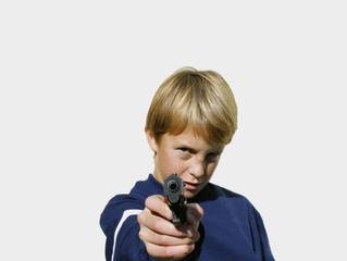 Niño apuntando con arma , delincuencia