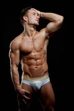 Muscular młody sexy wet nagi facet posing w pniach