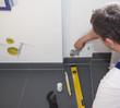 Heizungsinstallateur montiert eine Heizung