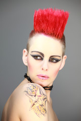 Frau mit rotem Iro Punk Tattoo