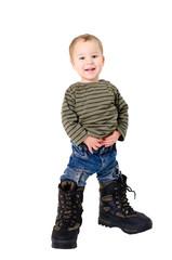 Kleiner Junge mit zu großen Schuhen