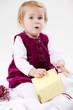 kleines Kind packt Weihnachtsgeschenk aus