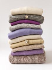 A pile of woolen sweaters / Pile de pulls en laine