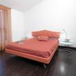 moderna camera da letto con letto colorato