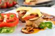 Überbackenes Schweinefilet mit Pilzen, Tomate und Käse