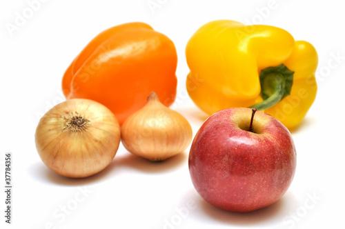 Овощи и фрукты на белом фоне