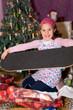 Mädchen freut sich über Weihnachtsgeschenk
