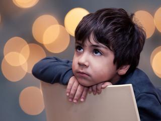 bambino che guarda la telelvisione