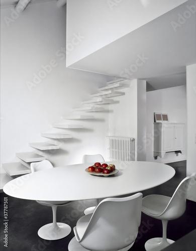Tavolo da pranzo ovale e tre sedie bianchi immagini e - Tavolo da pranzo ovale ...
